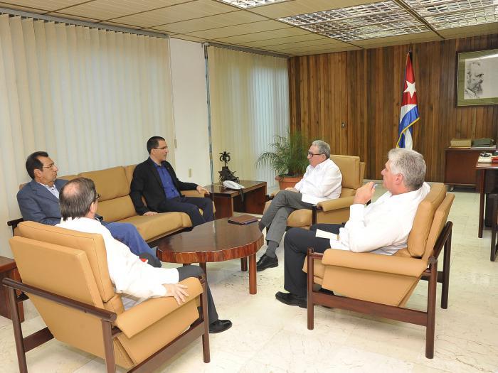 Intercambian Raúl y Díaz-Canel con Canciller venezolano