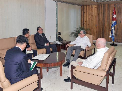 Intercambian Raúl y Díaz-Canel con dirigente del Partido del Trabajo de Corea