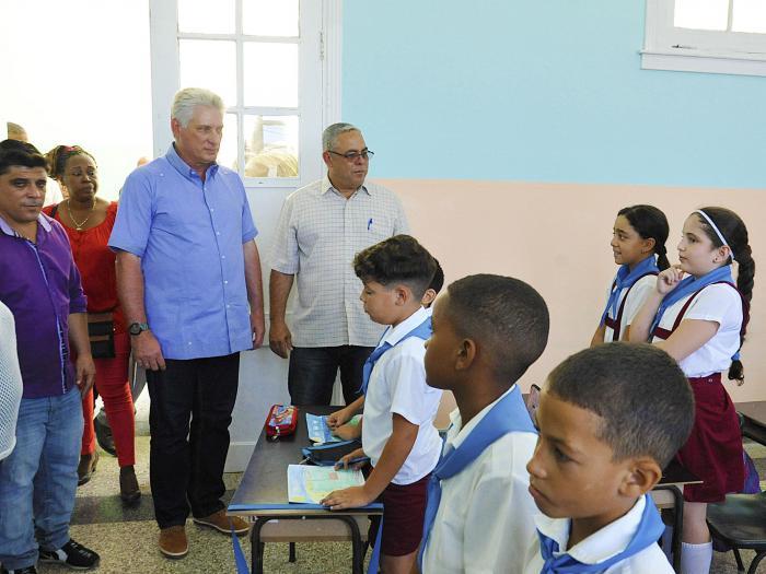 Bandera Proeza Laboral para colectivo de escuela cubana dañada por tornado y recuperada