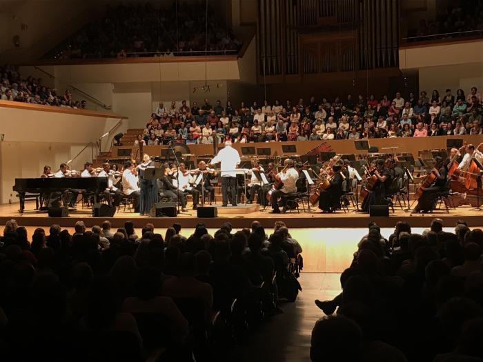 Orquesta Sinfónica Nacional (osn), dirigida por el maestro Enrique Pérez Mesa, junto a la flautista Niurka González en gira por España, en el cumpleaños 60 de la osn. foto del autor
