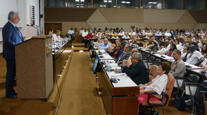 El Presidente cubano afirmó que Cuba necesita de sus economistas para avanzar.