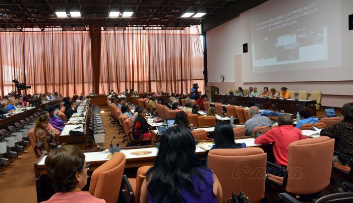 Comisión atención a la Niñez, la Juventud y la igualdad de derechos de la Mujer, y la de Educación, Cultura, Ciencia, Tecnología y Medio Ambiente, con el tema del verano y la recreación , presidida por Roberto Morales, vicepresidente de los Consejos de Estado y de Ministros.