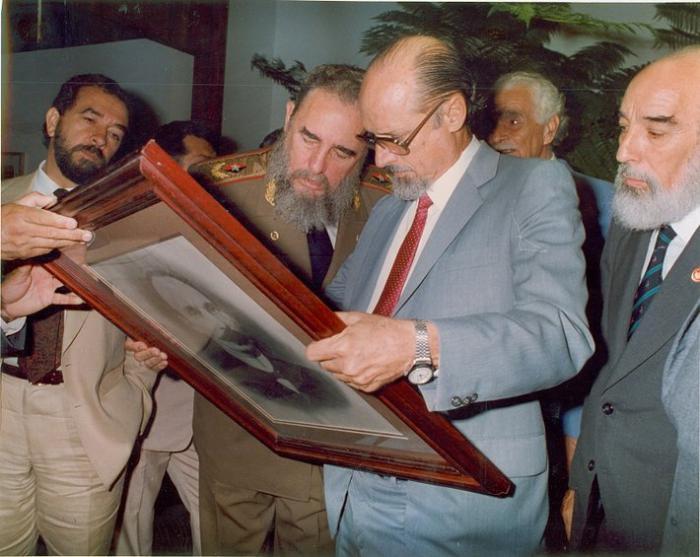 Fidel junto a Roberto Fernández Retamar. Foto: tomada de la ventana