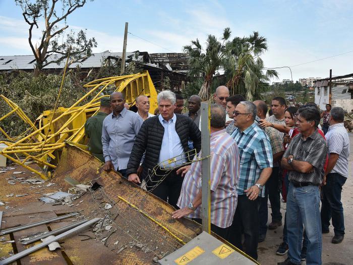 El Presidente cubano, siguiendo la práctica de Fidel y de Raúl, dio varios recorridos por las zonas afectadas.