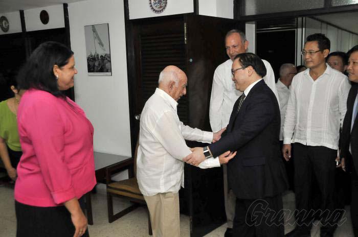 Dialogan líderes partidistas de Cuba y Vietnam