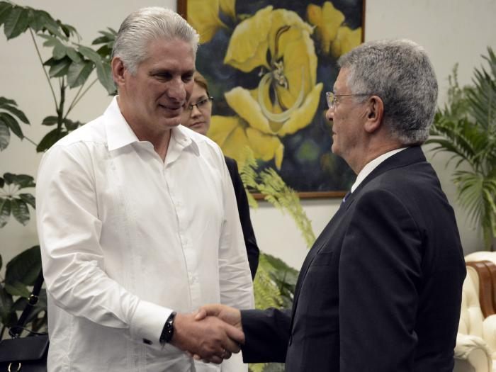 Durante el intercambio Díaz-Canel destacó el papel de Fihav en el fortalecimiento de las relaciones económicas.  foto: estudios revolución