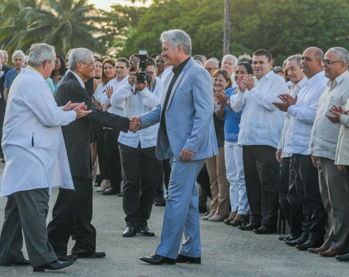 El presidente de Cuba, Miguel Díaz-Canel, encabezó este miércoles el acto por el aniversario XX de la Escuela Latinoamericana de Medicina (ELAM), institución que ha graduado a casi 30 mil especialistas de más de 100 naciones de todas latitudes, entrega el Rector de la ELAM Dr Antonio López Gutierrez el Título de Dr Honoris Causa al Dr José Millar Barruecos (Chomy)