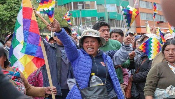Pueblo boliviano en pie de lucha pide renuncia del autoproclamado gobierno de Jeanine Añez.