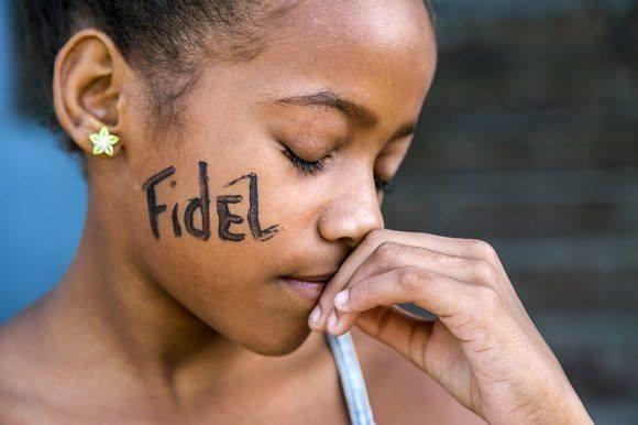 Niña con el nombre de Fidel en la cara