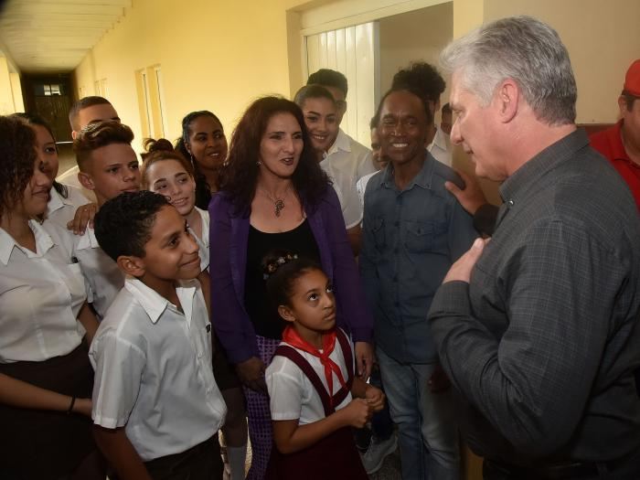 El Presidente compartió con alumnos y profesores de la Escuela Profesional de Arte de Las Tunas y se interesó por los recursos con los que cuenta hoy el centro para el cumplimiento de su función social.