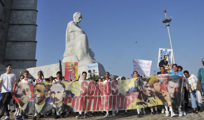 Marcha de los pionero en el monumento a José Martí en su natalicio.