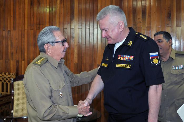 Raúl Castro recibe al Comandante en Jefe de la Marina de Guerra de Rusia