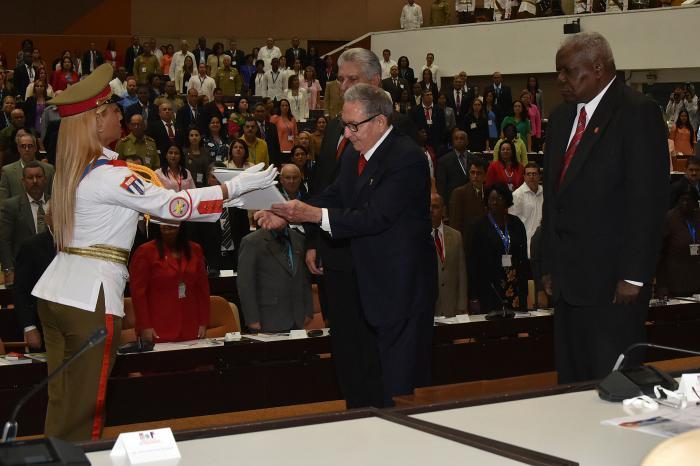 El General de Ejército Raúl Castro Ruz, Primer Secretario del Comité Central del Partido Comunista de Cuba, y quien presidió la Comisión encargada de la elaboración de la Carta Magna, recibe la nueva Constitución de la República de Cuba. foto: estudios revolución