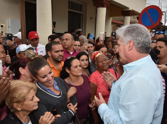 El Presidente sostuvo el siempre provechoso contacto con el pueblo.