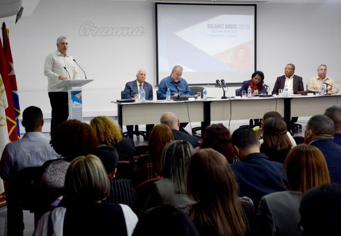 Llama Díaz-Canel a perfeccionar los servicios bancarios