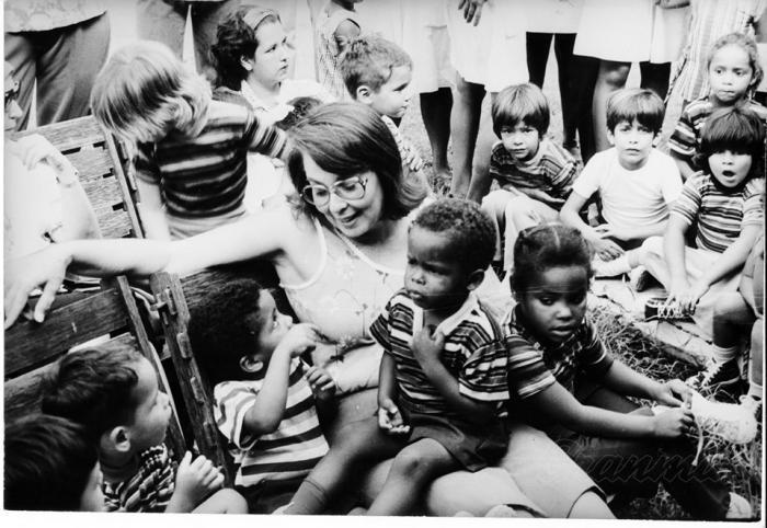 Vilma Espín conversa con los niños que acababan de ser rescatados para calmarlos, luego de haber pasado por terribles y angustiosos momentos dentro del incendiado círculo infantil. Foto: Archivo de Granma