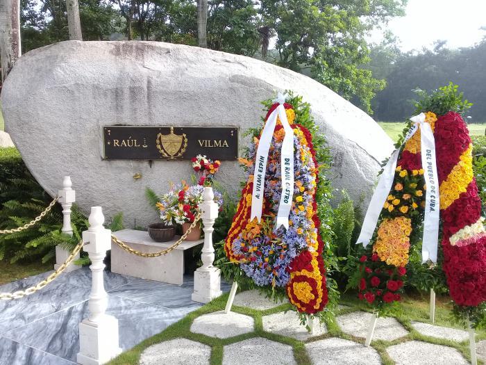 Ofrenda floral de Raúl encabeza homenaje a Vilma en el II Frente Oriental