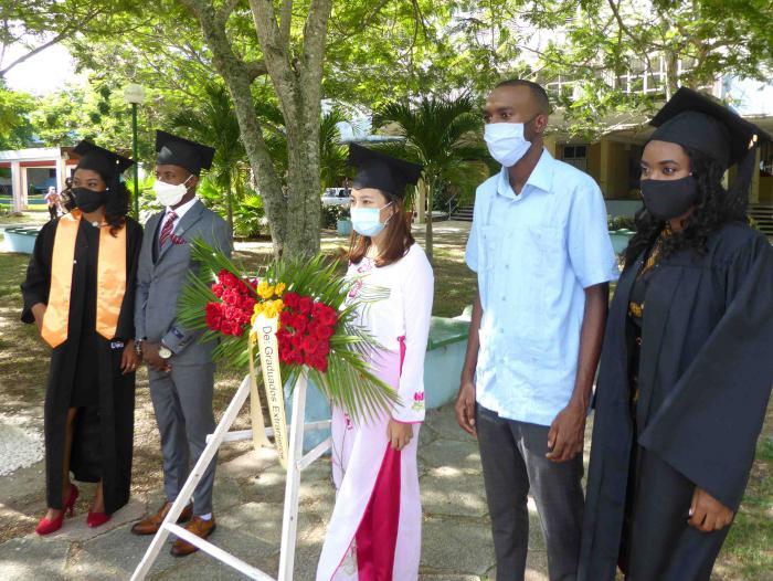 Previo al acto de graduación, los estudiantes rindieron homenaje a José Antonio Echeverría en el parque que lleva su nombre.