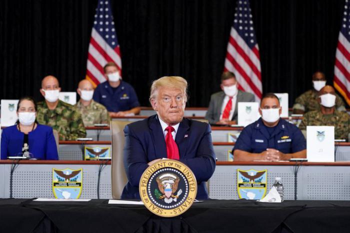 El presidente Donald Trump se niega al uso del nasobuco, pero mantuvo el distanciamiento social en su visita al Comando Sur de la Florida.