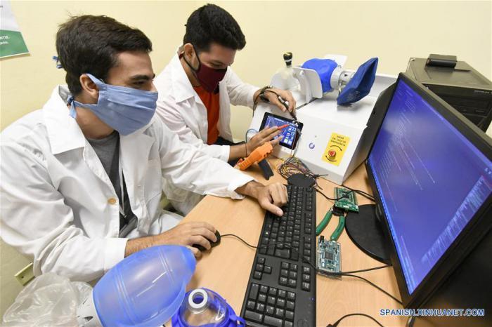 Una veintena de especialistas de CNEURO, casi todos muy jóvenes, intervinieron en el desarrollo del dispositivo