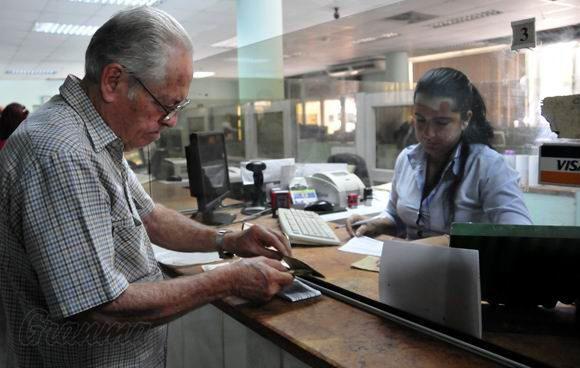 Se mantiene el escalonamiento por grupos en las sucursales bancarias, para evitar aglomeraciones y continuar cumpliendo con las medidas higiénico-sanitarias orientadas por el Minsap. Foto: Archivo de Granma