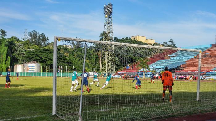 Partido Preliminar Clasificatorio de futbol masculino entre los equipos de Cuba y Turcas y Caicos, en el estadio Pedro Marrero, Playa