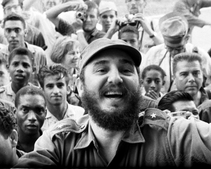 «Fidel vive entre nosotros, en la noble obra de su pueblo», añadió en un tuit el Jefe de Estado. foto: archivo de granma