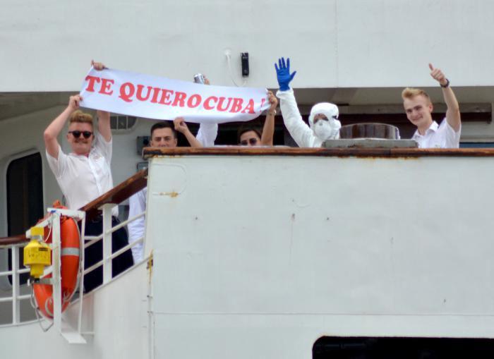 Viajeros del MS Braemar, al ser evacuados por el puerto del Mariel el 18 de marzo.