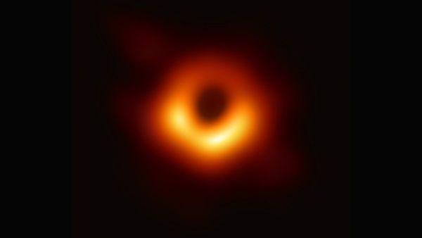 Otorgan Nobel de Física a tres científicos por hallazgos sobre los agujeros negros