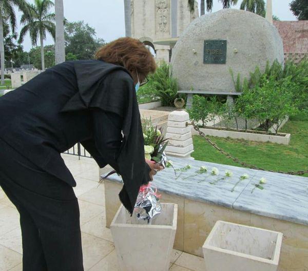 Embajadora de Angola en Cuba rinde homenaje a Fidel en Santa Ifigenia