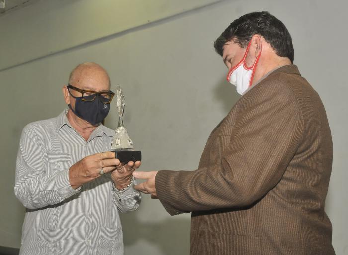 Dr. Miguel Barnet presidente de la Fundacion Fernando Ortiz entrega el Premio Fernando Ortiz a la Biblioteca Nacional José Marti y lo recibe Omar Valiño su director del centro.
