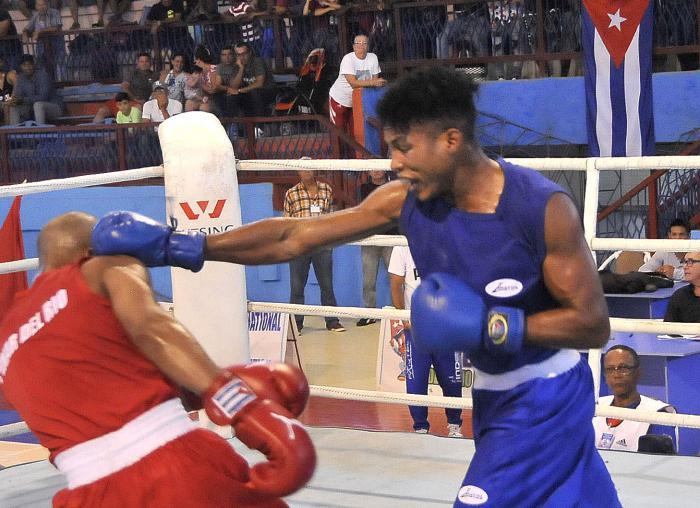 58 Edicion del Torneo Nacional de Boxeo Playa Giron-Camaguey 2019- combate de 69 kg entre  Roniel Iglesia de PRI de rojo y Kevin Brown CMG de azul campeon nacioal