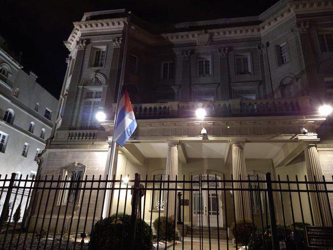 Como tributo a víctimas de Covid-19 en Estados Unidos, bandera de Cuba ondea a media asta en esa nación