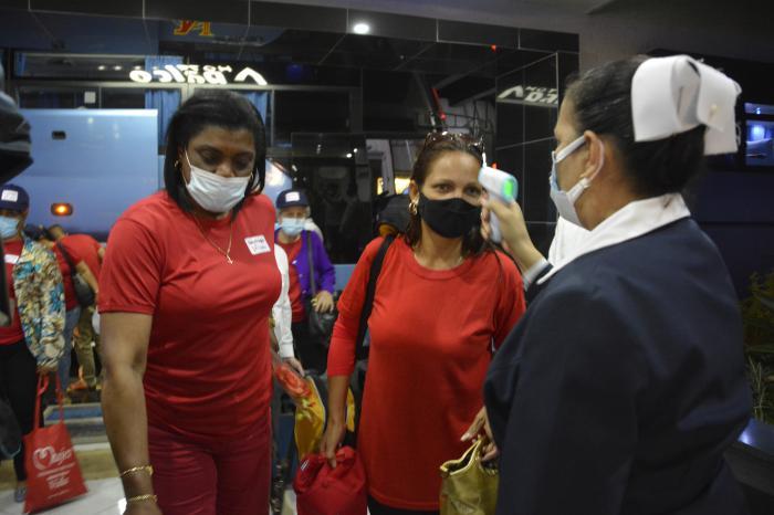 Los delegados al 8vo Congreso del Partido de las provincias de Guantánamo a Ciego de Avila arribaron al Hotel Palco al filo de las 9 de la noche, donde fueron recibidos por funcionarios del CCPCC.
