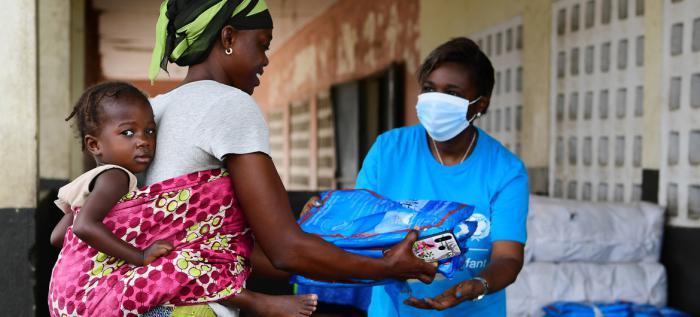 Variante Delta amenaza África. UNICEF ha repartido productos básicos durante la pandemia de COVID-19 en Côte d'Ivoire. Prevención de Covid, coronavirus-Nasobuco