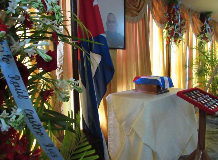 Envían Raúl y Díaz-Canel ofrendas florales por fallecimiento del Jefe del Ejército Oriental