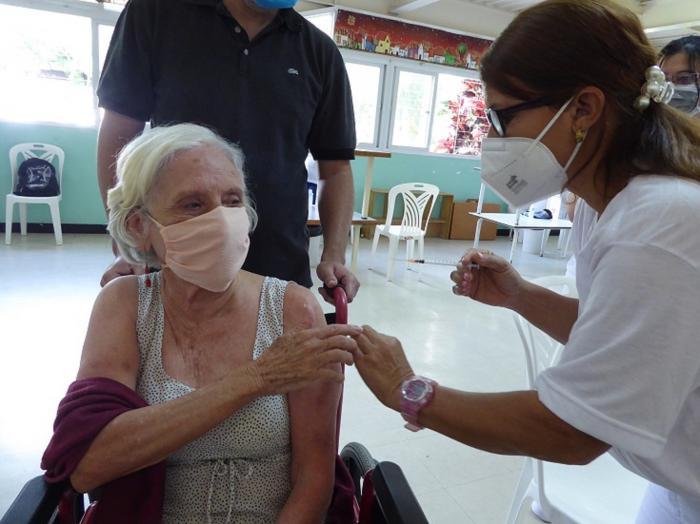 Tras recibir a Abdala, Lídice Olivares Riva, una caraqueña discapacitada, de 75 años, mostró su gratitud hacia la medicina cubana. Foto del autor