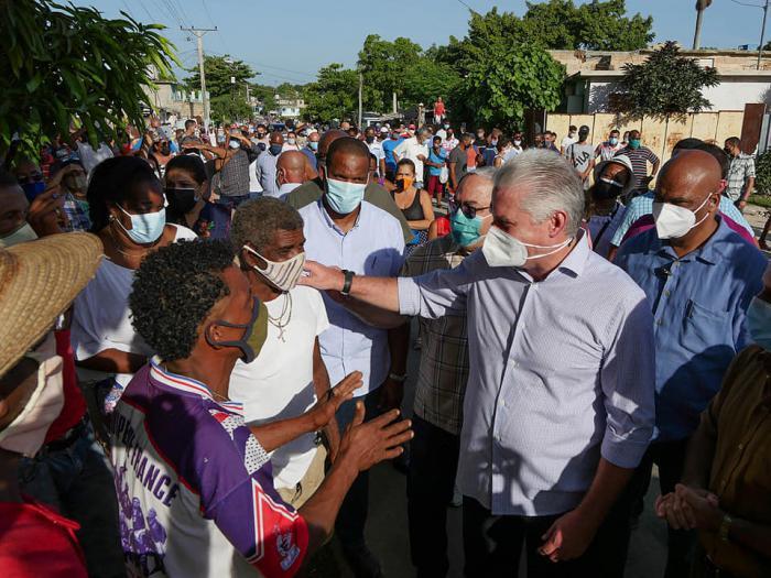 Intercambia Díaz-Canel con habitantes del barrio habanero La Güinera (+ Fotos, Tuit y Video)
