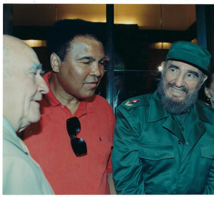 Ed Asner junto a Fidel y Muhammad Ali, en 1998. foto: archivo de granma