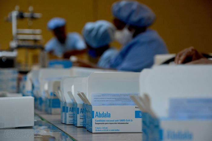 Trabajo sobre la producción de vacunas ABDALA en los laboratorios AICA del grupo Biocubafarma.