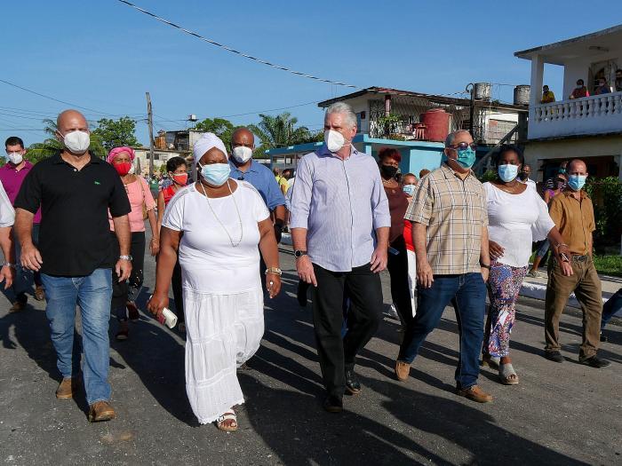 El Primer Secretario del Partido Comunista y Presidente de la República, Miguel Díaz-Canel, junto al barrio en la solución de los problemas.