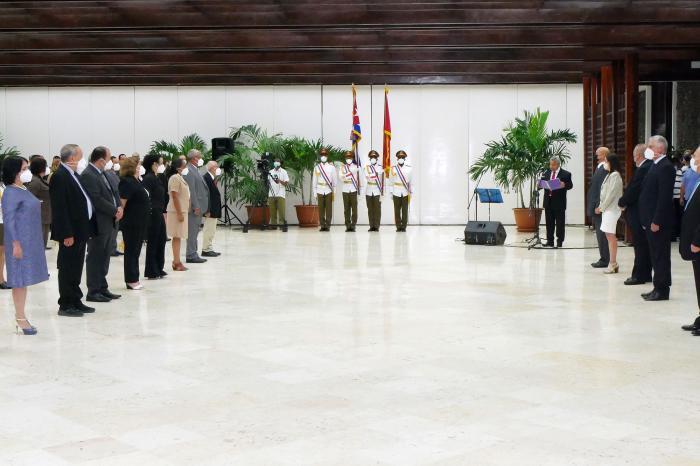 Condecoraciones Acto de entrega del Título Héroe del trabajo a científicos de Cuba